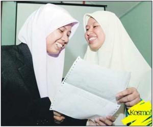 NIK NUR MADIHAH (kiri) menerima ucapan tahniah daripada Siti Nur Fatimah dalam pertemuan di SMA Maahad Muhammadi, Kota Bharu.