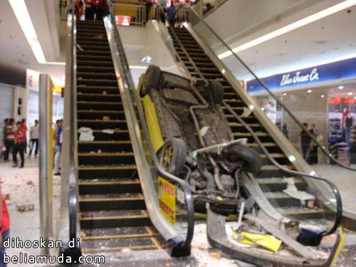 Kereta jatuh dalam KB Mall
