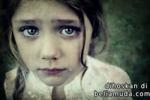 Awek cute menangis